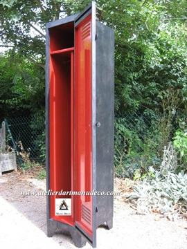 Vign_vestiaire_1_place_industriel_interieur_rouge